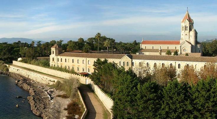 Au large de Cannes, sur l'île Saint-Honorat,un monastère est géré par 25 moines qui assurent, en plus de la vie monastique, des activités d'hôtellerie et de culture de la vigne - © Ville de Cannes