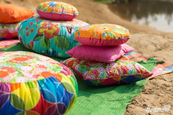 Lekker vrolijk voor in de #tuin. De #kussens uit de shades of happiness lijn van #Hartman!