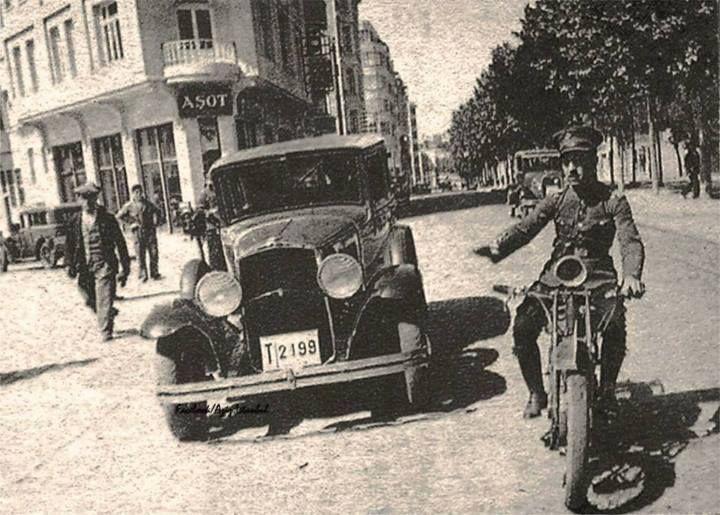 1930 Trafik Polisi..Bir otomobili durduruyor..