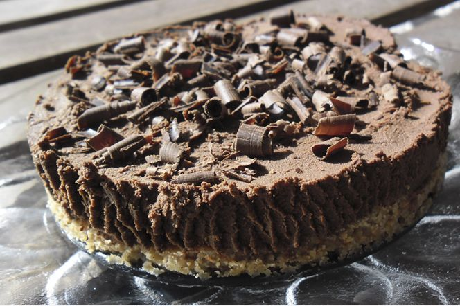 Chokladtårta. En härlig, rik chokladtårta med botten av mandel- och kokosmjöl. Toppad med ett tjockt lager chokladkräm som påminner lite om fyllig chokladmousse. Underbar!