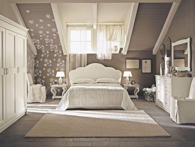 une jolie déco murale dans la chambre à coucher