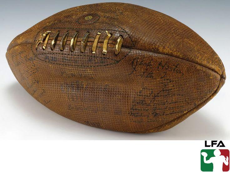 #futbolamericanoenmexico FUTBOL AMERICANO EN MÉXICO. El balón de futbol americano ha tenido muchos cambios a lo largo de la historia y uno de los más importantes ocurrió en el año de 1875, cuando las reglas del futbol americano que se jugaba en las universidades definió que el balón, debía tener forma ovalada como huevo. En la LFA te invitamos a conocer más sobre este apasionante deporte, a través de nuestra página en internet www.lfa.mx.
