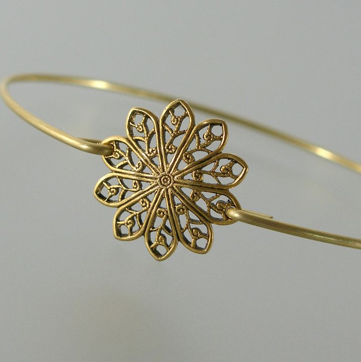 Gold Round Filigree Bangle Bracelet, Gold Bangle Bracelet, Gold Bracelet, Bridesmaid Jewelry, Bridesmaid Gift (160G,) von BridesmaidGiftIdeas auf Etsy https://www.etsy.com/de/listing/186840259/gold-round-filigree-bangle-bracelet-gold