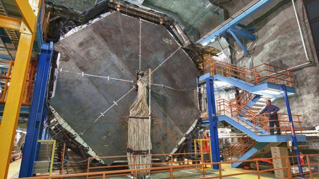 Detector del experimento MINOS+, 486 láminas octagonales de acero forman los 5.400 toneladas del detector.  Detectores de este tipo son por ejemplo empleados en el experimento MINOS+ en EEUU. En Fermilab se aceleran protones hasta que tienen alta energía y se usan para bombardear un blanco (una barra de grafito) generando partículas llamadas piones, los que rápidamente se desintegran en muones y neutrinos muónicos. Estos neutrinos viajan 735 km bajo tierra desde Fermilab hasta una mina…