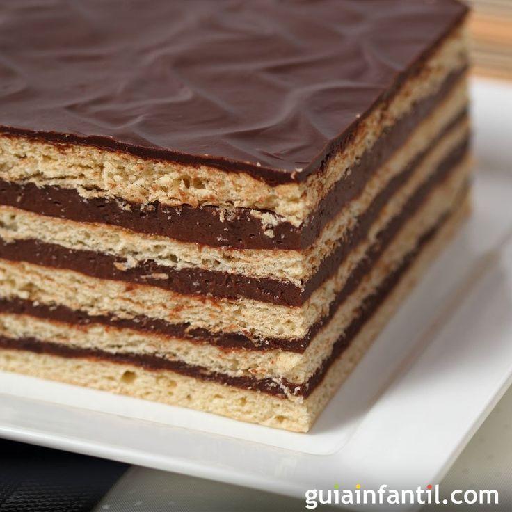 Cómo hacer una tarta rápida de galletas maría con chocolate. Tarta fácil de galletas María. Tartas de Navidad para niños. Tartas fáciles para el cumpleaños de los niños. Tarta para niños de galletas y chocolate.