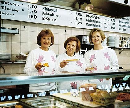 3 Damen vom Grill. Dort, wo ich aufwuchs, gab es das nicht. Gab es nur in Bahnhöfen und armen Vierteln.