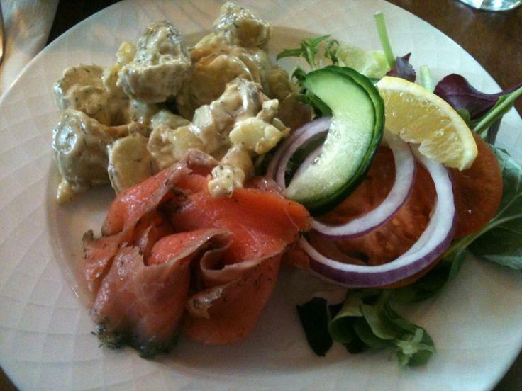 Tipico pranzetto in #Norvegia a base di #carpaccio di #salmone e #patate con salsa agrodolce