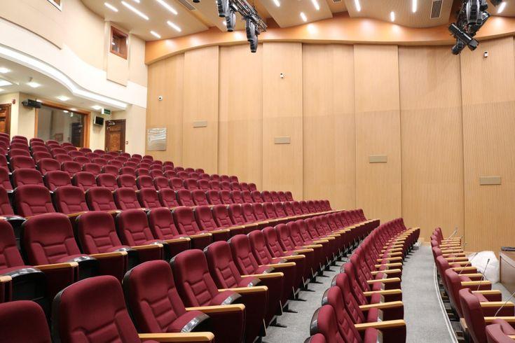 001 Paneles acústicos en el salón de actos Acoustic panels in the auditórium Panneaux acoustiques pour l'auditorium