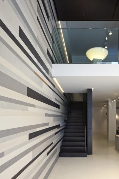 Piensa de manera no convencional. Puedes crear efectos ópticos utilizando diferentes diseños de Laminam para dar un look moderno a paredes.  www.laminam.com.co