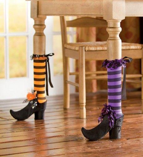 Décoration Halloween, jambes de sorcière pour tables très drôles.
