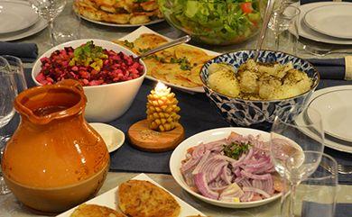 魚肉、ニシン、ケシの実入りの牛乳を添えたkūčiukai(クリスマスイブ用の小さなクッキー)、 キシエリウス(kisielius)というクランベリーから作られるリトアニアの飲み物、ドライフルーツ入りスープ、野菜サラダ、マッシュルーム、ゆでたジャガイモ、 ザウアークラウト、パンなど、この日のための特別な料理が食卓を彩ります。