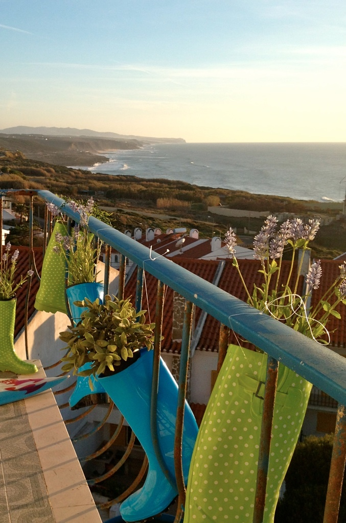 CHILL IN ERICEIRA Surfhouse  The surfhouse is placed atop of a small hill overlooking Praia do Sul (South Beach) and is blessed by an amazing seaview, the city center is at walking distance and the beach of Foz do Lisandro is at just 1,5 km. The decorations of the interiors have been done done by a local artist and are focused on colors and transmit happiness.  Prices from 16€ per night