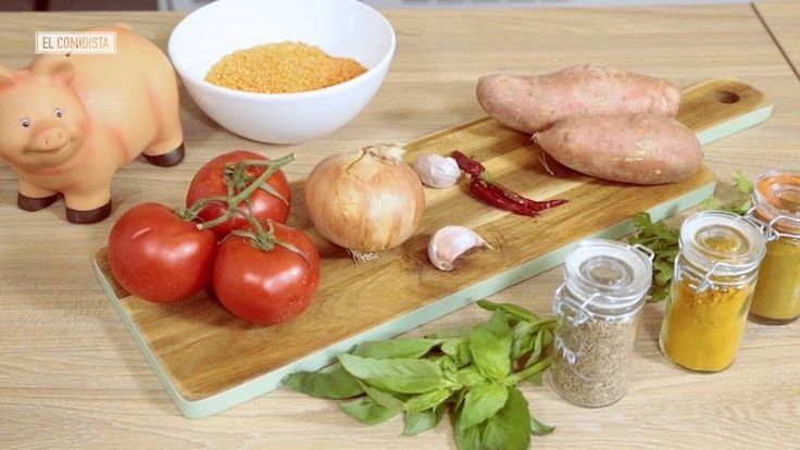 Nuestra serie de recetas ultrabaratas continúa con un curry de lentejas, boniato, hierbas y especias. Cuando lo comas te considerarás una persona afortunada aunque no tengas un duro.