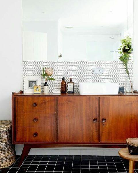Me encanta la idea de usar un aparador retro como mueble de baño. ¿Y a vosotros? Viva la descontextualización decorativa!!!