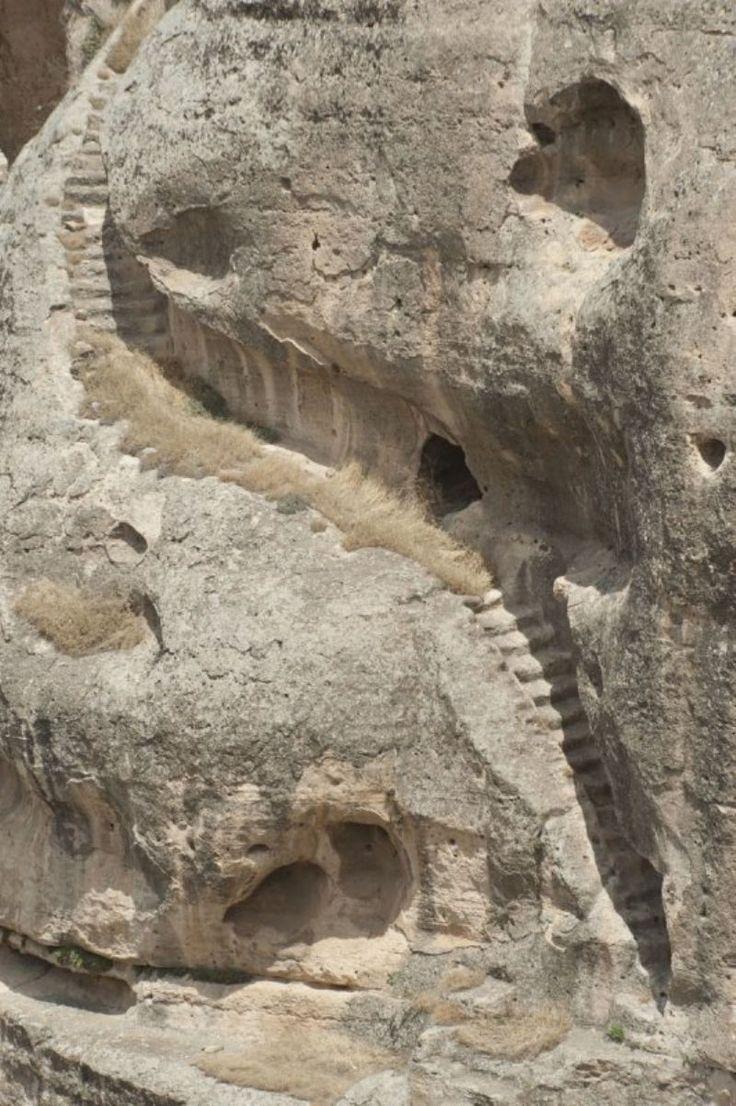 Hasankeyf kalesi/Batman/// Yekpare taştan yapılmış olan Hasanakeyf kalesi, Dicle nehri kıyısında ve nehirden 200 m. yüksekliğindedir. M.S.363 yılında bir Süryani piskoposluğunun merkezi olarak Bizanslılar tarafından yapılmıştır.