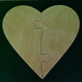 Kézzel készített fa szív puzzle poháralátét.