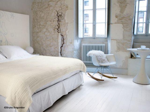 Camaïeu blanc et écru pour cette chambre accueillante. On devine une tête de lit qui a l'air magnifique...