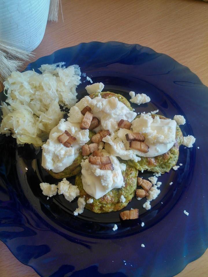 Zvířátkový den - brokolicove placičky (brokolice+vajíčko +eidam, pečené v troubě) se zakysankou, brynzou a slaninou, kys. zelí
