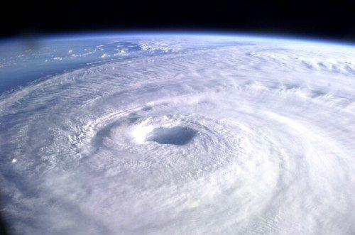 Un huracán es un movimiento de masa de aire a gran velocidad que se origina en regiones tropicales. Básicamente es un conjunto de tormentas que giran en torno a un centro de baja presión causando vientos y lluvia. En el hemisferio norte, este giro es contrario al giro de las agujas del reloj, mientras que […]