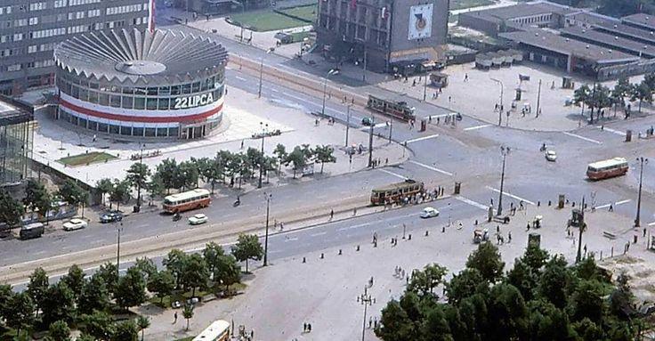 Warszawa, skrzyżowanie al. Jerozolimskich i ul. Marszałkowskiej - udekorowana Rotunda z okazji 22 lipca (lata 60. XX w.)