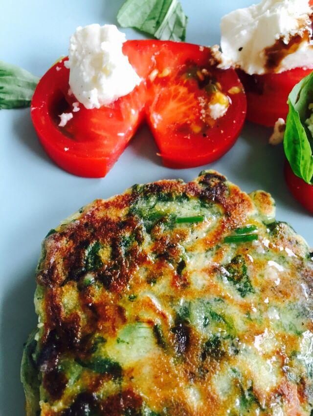 Groene pannenkoekjes met spinazie uit eigen tuin (recept uit Plenty van Ottolenghi) met salade van tomaat, feta en basilicum.  Donderdag 14-5-2015 R *****