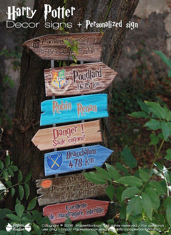 Téléchargez et imprimez des panneaux décoratifs inspirés de lunivers Harry Potter pour décorer la chambre dun petit ou dune petite sorcière ou pour réaliser une décoration de fête originale. Cet article est à imprimer SOI-MÊME.  Vous pourrez découper 6 panneaux indiquant des lieux ou instructions amusantes sur lunivers dHarry Potter. Ce produit inclus un panneau de couleur à personnaliser.  Les textes de panneaux sont les suivants:  Poudlard 1435km Danger ! Saule cogneur Beauxbâtons 478km…