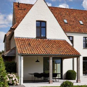 Vlassak Verhulst Villabouw klassiek landelijk tijdloos eik vergrijsd zwarte houten ramen dakraam raamdeur overdekt terras rode pannen puntgevel charme cottage