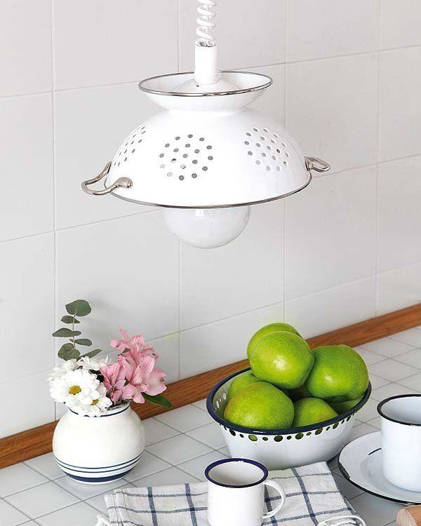 Scolapasta come lampadario   In pochi semplici passi potrete avere un nuovo lampadario per la cucina dando una seconda possibilità ad un vecchio scolapasta. Se lo scolapasta è rovinato potete rinnovarlo e renderlo di nuovo splendente dipingerlo in tinta con larredamento della stanza. Se utilizzate una lampada a sfera leffetto decor sarà maggiore. Cosa occorre Scolapasta Vernice (opzionale) Filo per il lampadario (se non vi collegate ad uno già esistente) Trapano Lampada a forma di palla…