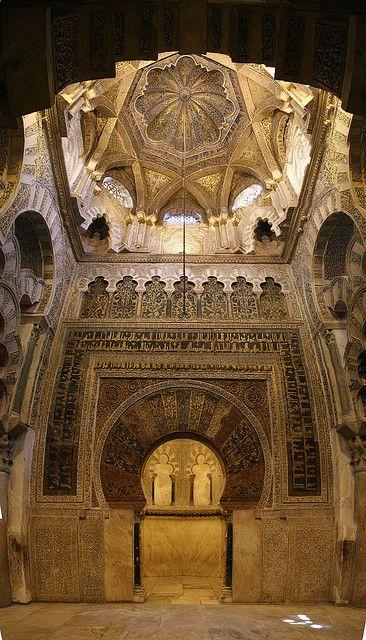Córdoba posee un ingente legado cultural y monumental. Su período de gloria comenzó en el siglo VIII, después de la conquista árabe cuando se construyeron unas 300 mezquitas e innumerables palacios. El esplendor de la ciudad llegó entonces a rivalizar con el Constantinopla, Damasco y Bagdad. Esto hace que cuente con 3 títulos de Patrimonio de la Humanidad concedidos por la Unesco. Más información: http://whc.unesco.org/en/list/313/ http://www.turismodecordoba.org/que-visitar.cfm