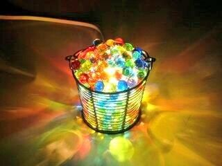 ビー玉で灯り 1.透明または中が見える容器を用意する 2.照明ランプを容器の中に入れる 3.ビー玉などのカラフルなガラス玉を陽気に詰め込む 4.ライトを付ければ完成♪