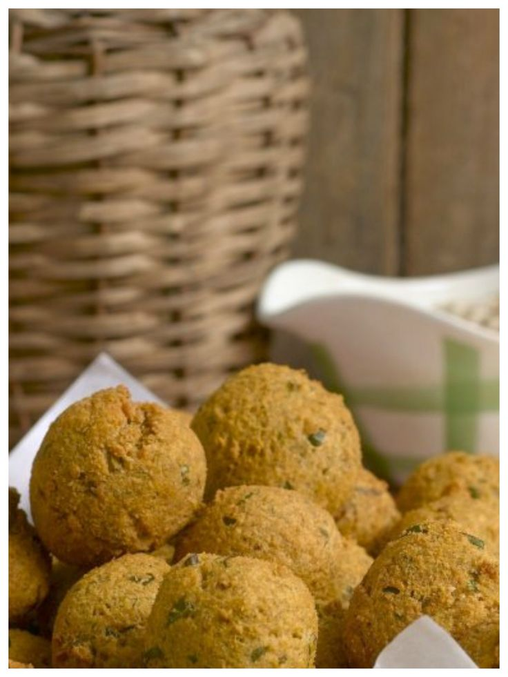 Leckere Häppchen: Ausgebackene Linsenbällchen mit Erdnusssoße | http://eatsmarter.de/rezepte/ausgebackene-linsenbaellchen-mit-erdnusssosse