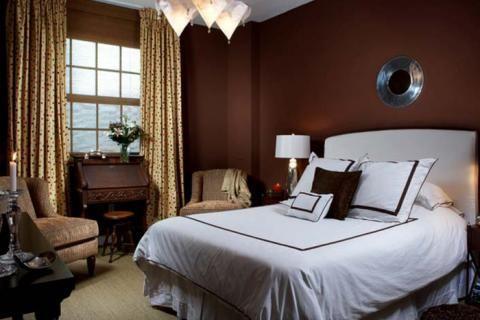 Спальня с темно-коричневыми стенами