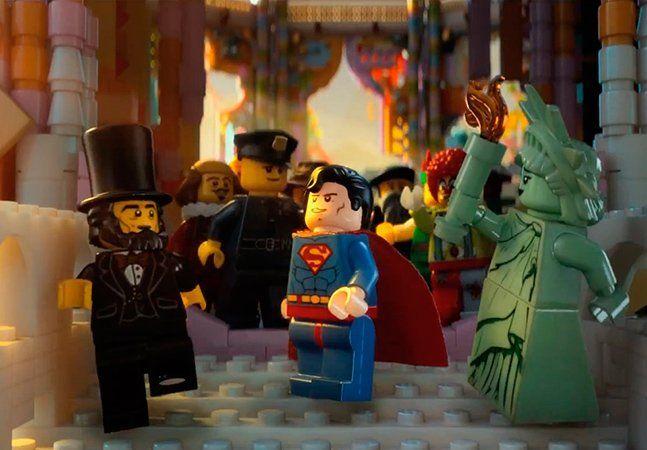 Impossível não ficar nostálgico vendo o trailer de Lego: O Filme, o primeiro longa-metragem feito usando totalmente os pequenos bonequinhos. O filme, pra crianças e adultos, deverá chegar às salas no começo de 2014 e é uma oportunidade pra recordar alguns dos bons momentos da sua infância. Produzido pela Warner Bros, o filme é uma animação 3D que conta com vozes como Morgan Freeman, Alison Brie, Will Ferrell ou Elizabeth Banks. A história gira à volta de um Lego comum, Emmet, que é…