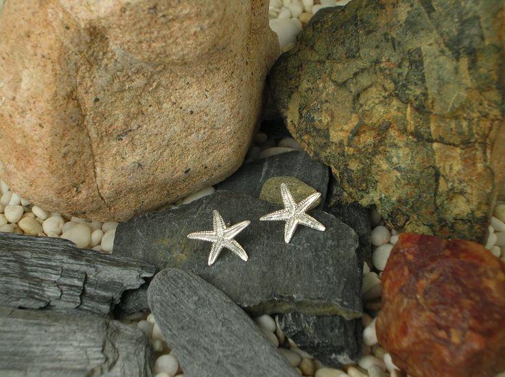 Questi orecchini al lobo in argento 925/1000 e a forma di stella marina, vengono realizzati artigianalmente partendo dal calco naturale e con la tecnica della fusione a cera persa. #RRorafi #GioielliCheAttraversanoIlTempo #Jewels