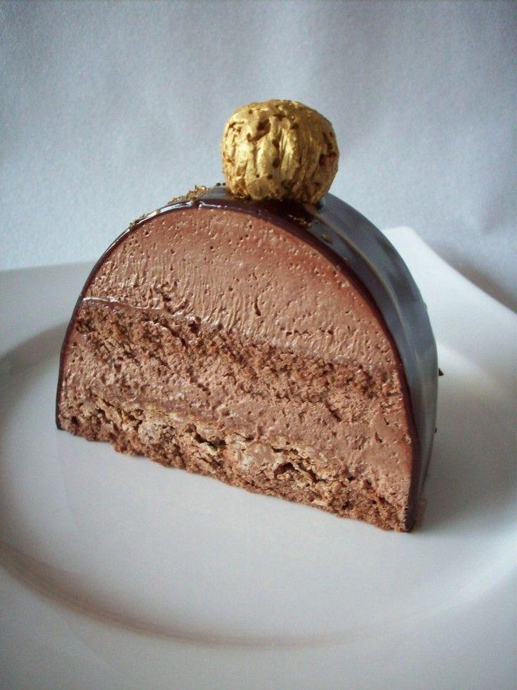 Voici une recette de bûche de Noël pour vous entraîner avant les fêtes ... Une merveille en chocolat, à décorer suivant vos envies et à déguster sans attendre ! Venez découvrir d'autres recettes gourmandes sur le blog de Passion Pâtisserie.