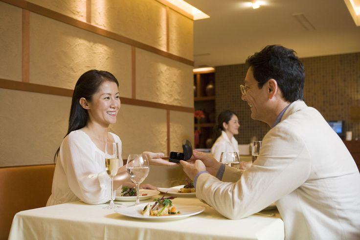 お食事シーンでは、いわゆるテーブルマナーだけが重要なのではありません。レストランでのお食事の際も、入店したその瞬間から、スタッフやお連れの方に観察されています。今回は入店から着席、お食事中の基本マナーを解説します。