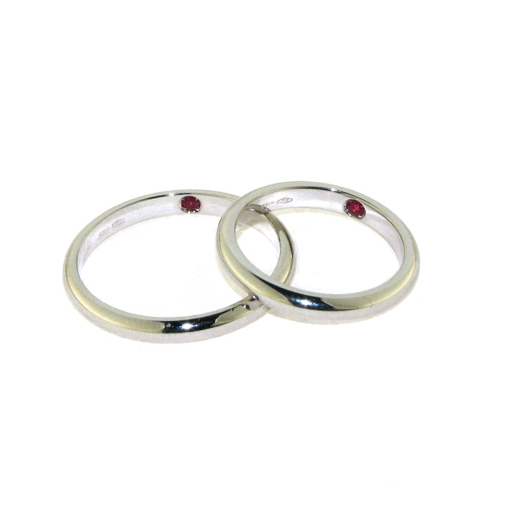 18 kt White Gold with internal ruby