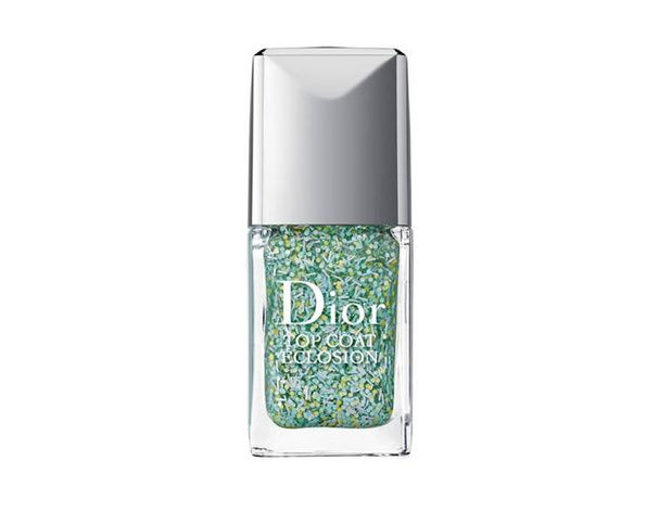 Top Coat Eclosion de Dior Pour donner l'illusion d'une nature foisonnante sur vos ongles, vous pouvez compter sur ce top coat, à poser sur une base plutôt pastel. (23,90 €)
