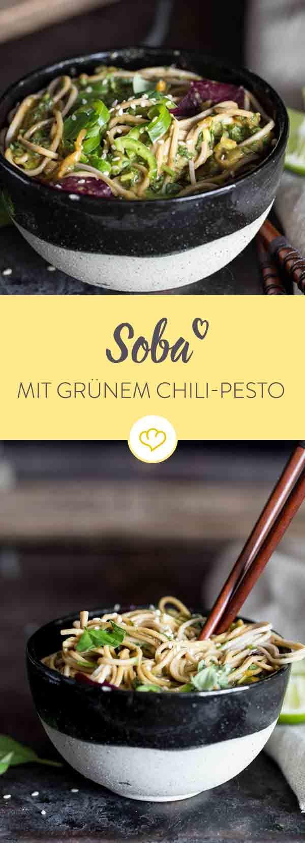 Die japanischen Buchweizennudeln Soba haben es endlich bis zu uns geschafft. Mit dabei: ein Pesto aus grünen Chilischoten, Koriander und Basilikum.
