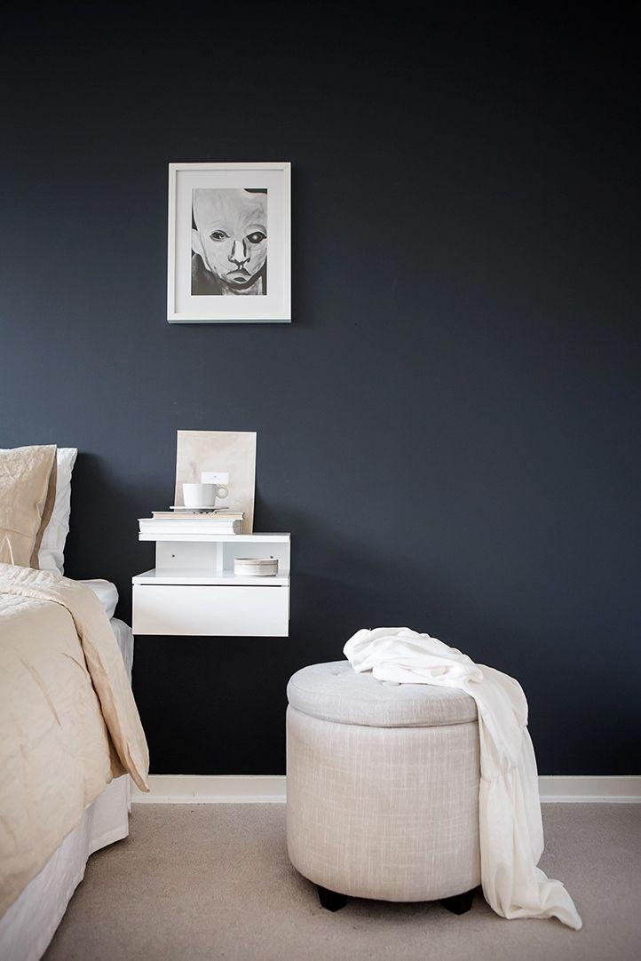 Mörk vägg i kontrast till ljus heltäckningsmatta