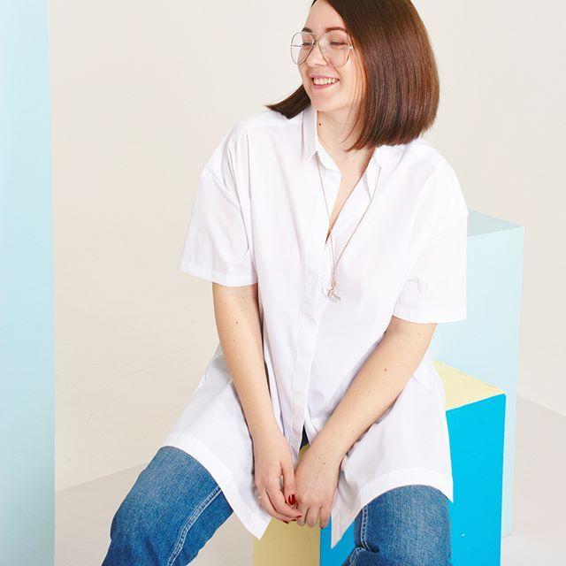 Итак, вчера был первый день моего эксперимента: 7 дней-7 образов с белой рубашкой оверсайз 😉☁️ . Вчера у нас была съёмка, поэтому я выбрала комфортный образ: брюки (подвернула, чтобы сделать более небрежным образ), сандалии, сумка, и для пикантности добавила на шею атласную ленту, моносерьгу и красную помаду ❤️👌🏻 Сегодня второй день, в сториз ловите отчёт скоро, а завтра рассказ про этот образ 😉🌸 . Напоминаю, что приобрести такую же рубашку очень просто: достаточно написать мне wa/v/tel…