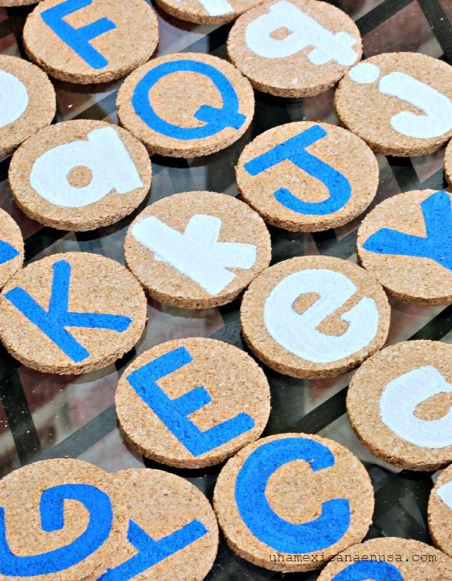 Me encanta esta idea de hacer un memorama del abecedario usando corcho y pinturas de colores para preparar a los niños para su primer año en la escuela y kinder. Muy fácil y educativo.