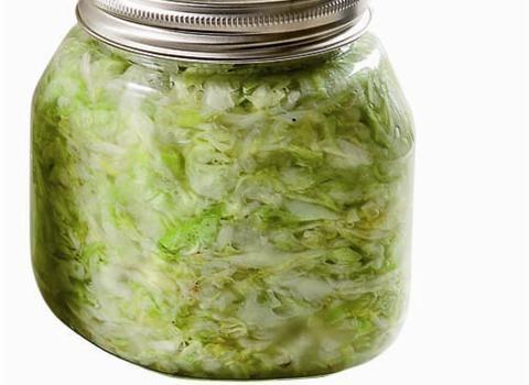 Ingredience: zelí bílé 2,5 kilogramu, cibule 500 gramů (nakrájená najemno), cukr krupice 200 gramů (jemná), ocet 2,5 decilitru (8%), křen 80 gramů (syrový, najemno nastrouhaný), olej slunečnicový 1 decilitr, přípravek na zavařování 1/2 balení (DEKO), sůl 1 lžička.