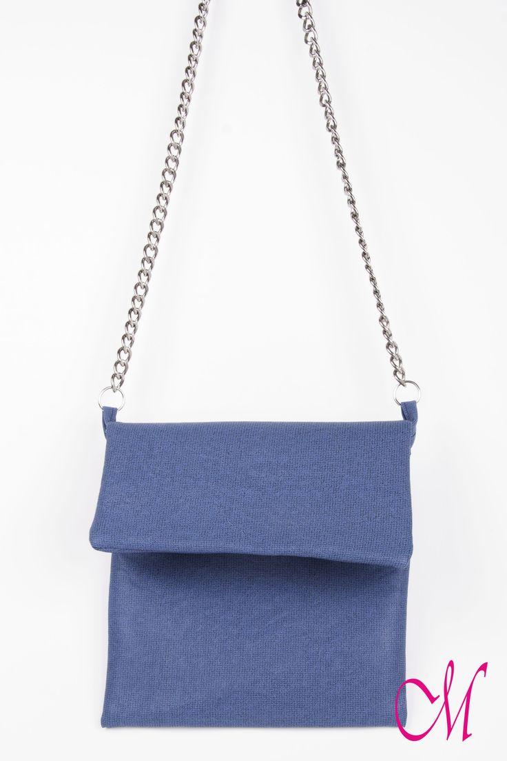 Bolso de colgar en azul intenso con cremallera y cadenas. www.monetatelier.com