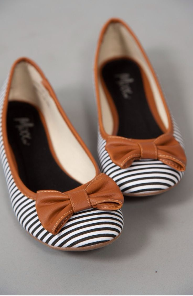 Wow, wow, wow! I love these shoes so much! The white and black stripes with the little brown bow is a super cute colours match.