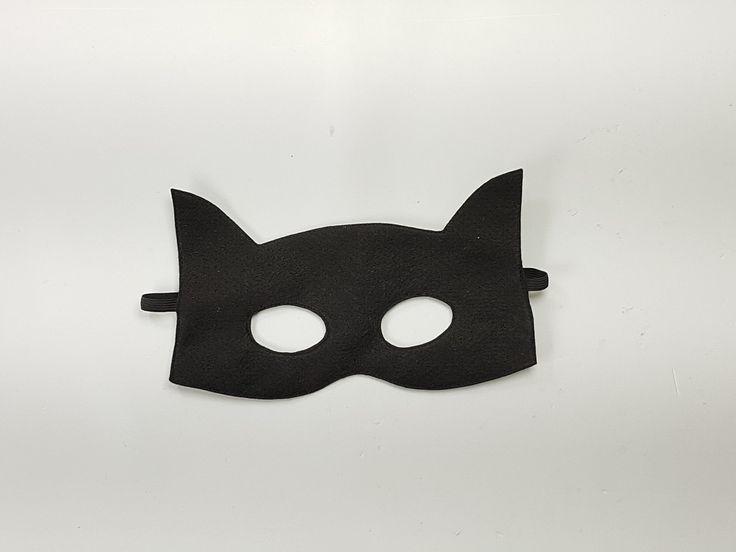 Máscara para lembrancinha ou fantasia do Batman.   Confeccionada em feltro e costurada com acabamento reforçado.  *Não acompanha a capa,    Conheça os outros modelos de máscaras de Super Herois e a capa, iguais as da foto.  10 a 14 unidades = 21,70 cada  15 a 19 unidades = 18,70 cada  20 ou mais ...