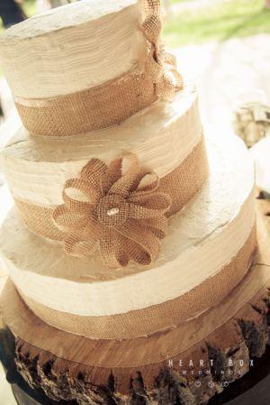 cute twist on burlap cake