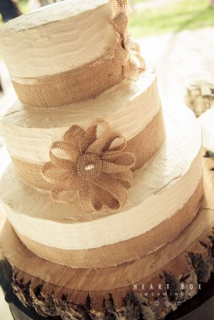 Burlap $rustic wedding cake ... Wedding ideas for brides, grooms, parents & planners ... https://itunes.apple.com/us/app/the-gold-wedding-planner/id498112599?ls=1=8 … plus how to organise an entire wedding, without overspending ♥ The Gold Wedding Planner iPhone App ♥