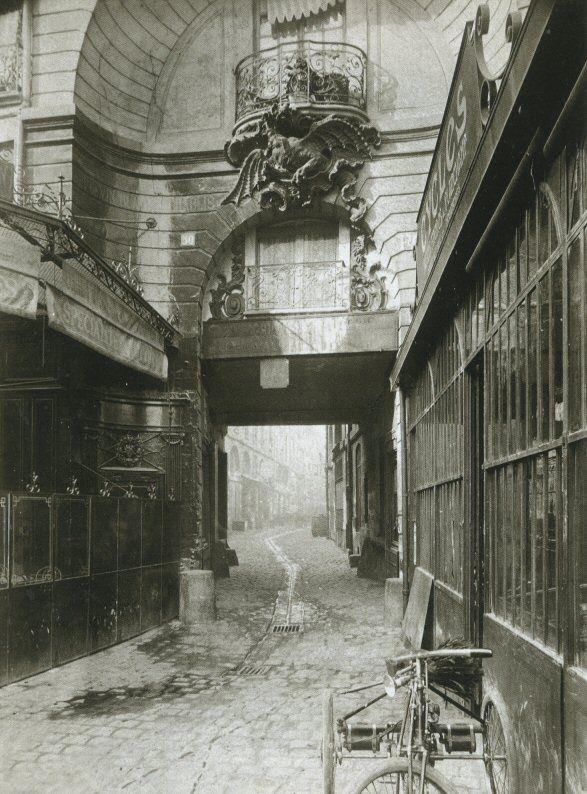 cour du Dragon - Paris 6ème - La cour du Dragon en 1900. On voit le fameux dragon qui donna son nom à la voie... (photo par Eugène Atget)