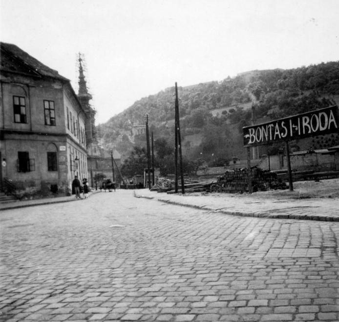 Szarvas tér a Görög utca felé nézve, háttérben a Szerb templom és a Gellért-hegy.